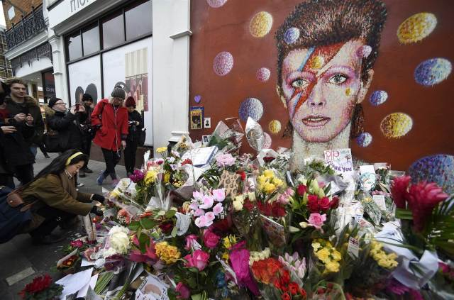 160112-bowie-memorial-london-918a_aa5049d2d97f57bd3f5a9d702d9d009f.nbcnews-ux-2880-1000